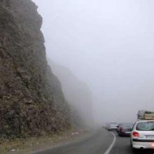 مه شدید در محور حیران – آستارا | جاده های گیلان بارانی و لغزنده است