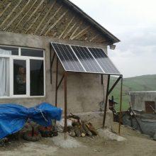 استفاده 2 چوپان از پنل های خورشیدی برای تامین برق خانه