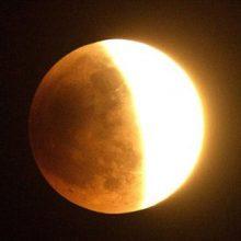 رصد ماه گرفتگی :مدیر انجمن نجوم آماتوری ایران با اشاره به ماه گرفتگی روز 16 مرداد ماه گفت: این ماه گرفتگی از نوع خورشید جزئی است که در شبانگاه روز 16 مرداد