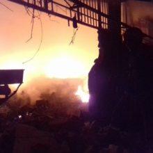 معاون عملیات سازمان آتش نشانی و خدمات ایمنی شهرداری رشت گفت : 15 آتش نشان با 5 خودوری اطفای حریق به محل آتش سوزی انبار اعزام شدند و آتش را مهار کردند.