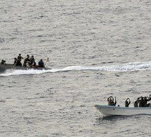 فرماندار شهرستان پارسیان از بازداشت سه صیاد هرمزگانی توسط گشتهای دریایی قطر خبر داد.پس از مدتی دو قایق از یکدیگر جداشده و یکی از قایقها مفقود میشود.