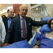 پروفسور سمیعی جراح معروف مغز و اعصاب ایرانی از یک پزشک قطع نخاع شده در منطقه محروم قصرقند عیادت کرد.