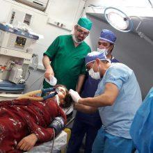 دیروز صبح یکدفعه خانمی حدود ۵٠ ساله را به بیمارستان آوردند که به خاطر برخورد آوار با سرش، بهشدت از ناحیه کاسه جمجمه ... ؛ بیمارستان صحرایی