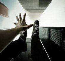 خانم 26 سالهای که قصد داشت خودش را از بالای پل یخسازی به پایین پرتاب کند توسط پلیس جلوگیری شد. جلوگیری از خودکشی دختر 26 ساله