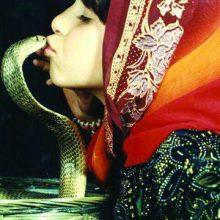 یازده بار بر زبان شاه مار کبرا بوسه زد و به « ملکه مار ایران » ملقب شد؛ هر چند پیش از این هم پدرش لقب «سلطان مار ایران» را یدک میکشید. البته ماجرا