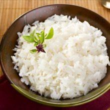 """باید دقت داشت که هرگز نباید برنج پخته شده که در فضای آزاد بهمدت چندین ساعت مانده است را مصرف کرد چرا که در برنج مانده، باکتری به نام """"باسیلوس سرئوس"""" رشد میکند که خطرناک است."""