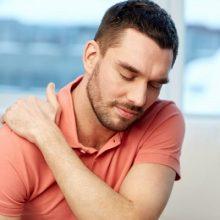 ناراحتی ناشی از حمله قلبی می تواند موجب احساس درد در ناحیه سینه یا حتی شانه شود. از این رو، اگر درد در ناحیه شانه یا دست سمت چپ را تجربه می کنید، ممکن است با حمله قلبی مواجه شده باشید. شانه درد و حمله قلبی