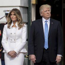 همسر رئیس جمهوری آمریکا پس از انتشار گزارشهایی درباره روابط غیراخلاقی و جنسی دونالد ترامپ، تصمیم گرفت از همراهی با وی در سفر به داووس سوئیس خودداری کند. رسوایی روابط جنسی