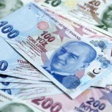 ارزش لیر ترکیه از ابتدای سال میلادی جاری نزدیک به 10 درصد در برابر یورو و دلار سقوط کرده است و این مساله باعث نگرانی مردم و سرمایه گذاران در ترکیه شده است.