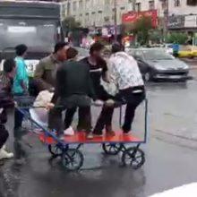 پس از بارندگیهای امروز چهارشنبه (19 اردیبهشت) در کرج که منجر به آبگرفتگی بسیاری از معابر شد یک کاسبی جدید در این کلانشهر شکل گرفت! هزینه رد شدن از خیابان