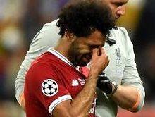 محمد صلاح با چشمانی گریان زمین را ترک کرد که این موضوع نشان از غیبت احتمالی او از جام جهانی داشت و این اتفاقی ناراحت کننده برای هواداران فوتبال بود.