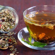 انواع مختلف چای سرد در سراسر جهان وجود دارد و برای بهبود طعم و مزه آن موادی مانند لیمو، هلو، گیلاس و نارنگی، استفاده می شود. روش تهیه چای یخ در همه