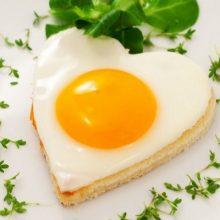 تخم مرغ از گزینه های ثابت در رژیم های غذایی سالم محسوب می شود، اما به واسطه محتوای کلسترول بالای خود از شهرت بدی نیز برخوردار شده است.