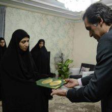 دیدار امیرلو مدیرمنطقه چهار شهرداری رشت با خانواده شهید حسن پاینده